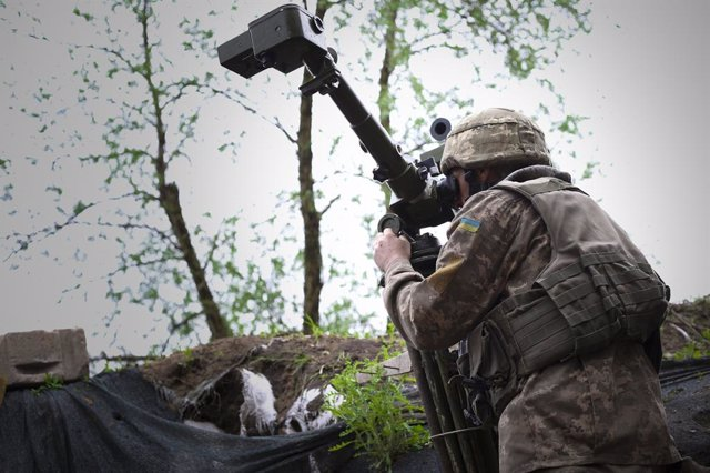 Archivo - May 10, 2019 - Avdiivka, Ukraine: An Ukrainian soldier looks through a Russian-made periscope on the front lines. Donetsk People's Republic, Russian, and Chechen flags were seen flying in the three DNR positions in front of this Ukrainian observ