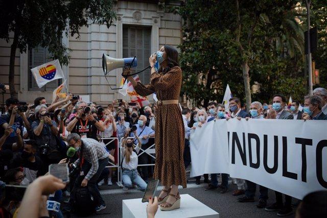 La líder de Cs,   Inés Arrimadas, en la concentració en contra dels indults de el 1-O el divendres 11 de juny de 2021 davant la Delegació del Govern a Barcelona