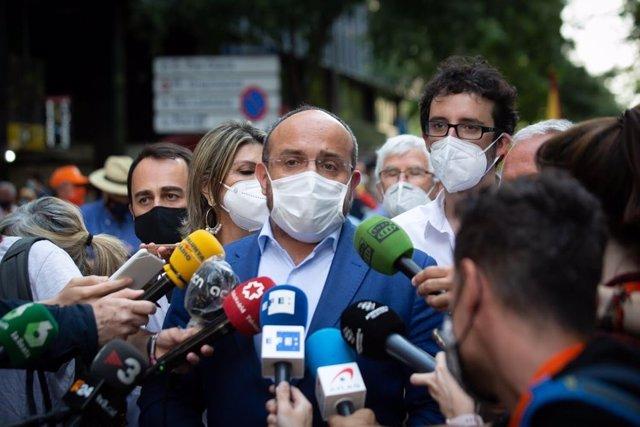 El líder del PP català, Alejandro Fernández, en declaracions durant la concentració a Barcelona contra els indults.