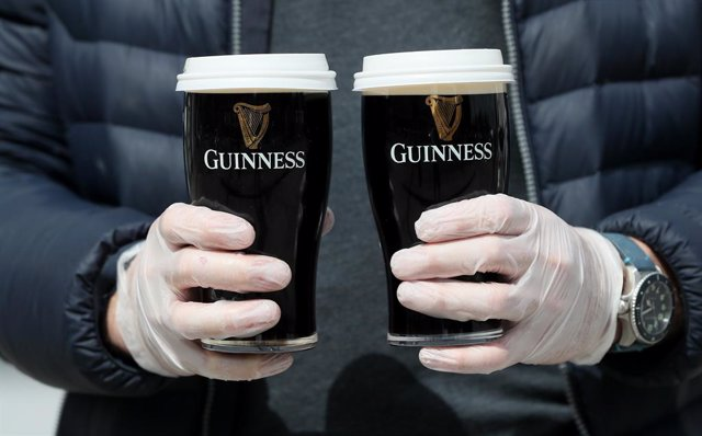 Archivo - 23 May 2020, Ireland, Dublin: Albert Martin, who's family owns and runs The Willows pub in Glasnevin, delivers pints as the pub has started up a delivery service within one kilometre of the premises. Photo: Brian Lawless/PA Wire/dpa