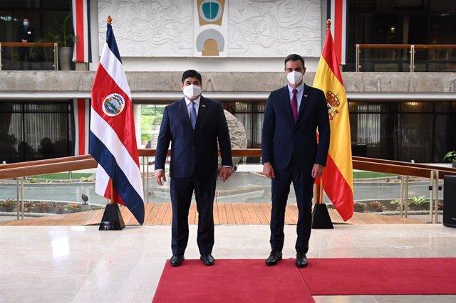 El presidente del Gobierno, Pedro Sánchez, y el presidente de Costa Rica, Carlos Alvarado