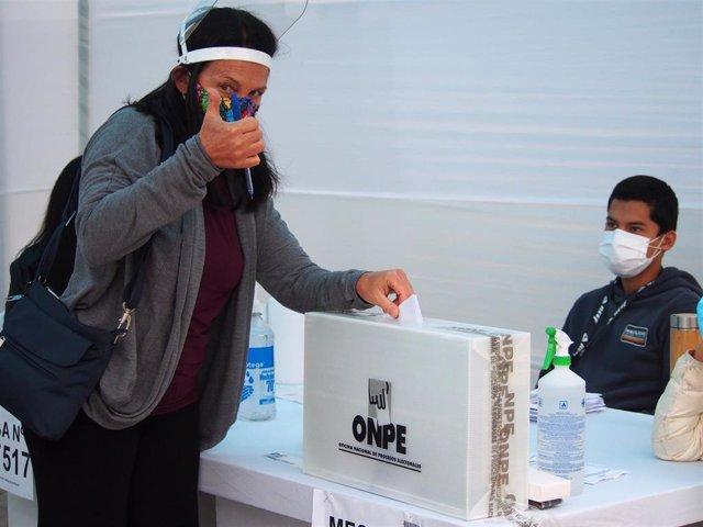 lectora peruana emite su voto durante la segunda vuelta de las elecciones presidenciales de Perú.