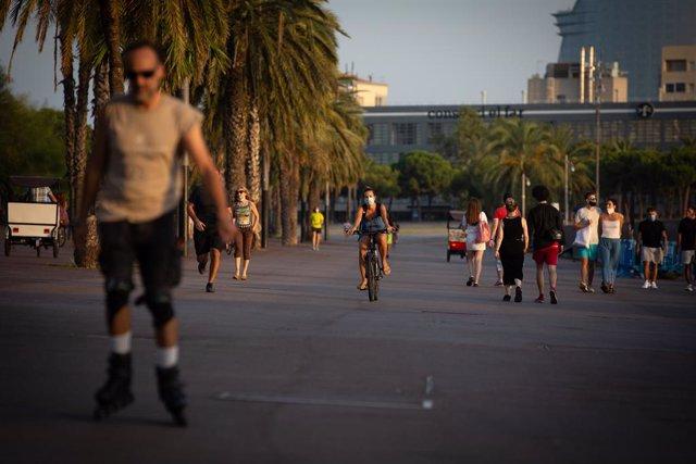 Archivo - Arxivo - Diverses persones fan esport i passegen a Barcelona