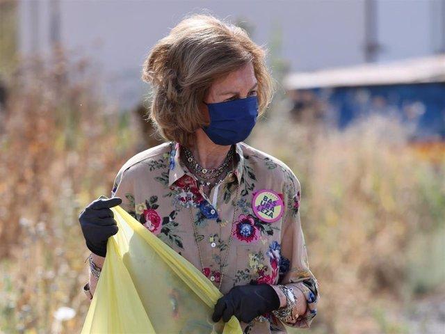 La Reina doña Sofía se moviliza contra la basuraleza participando activamente en la recogida de residuos.