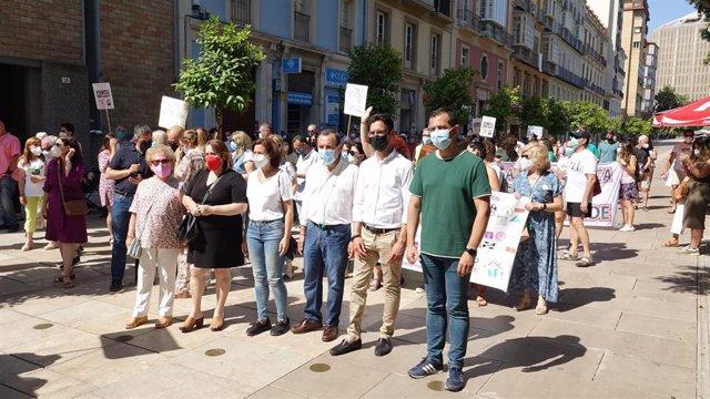 José Luis Ruiz Espejo, secretario general del PSOE de Málaga, y concejales socialsitas en la concentración 'Por la vuelta del Paritorio del Hospital Clínico'