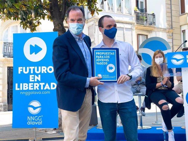 El presidente del PP vasco, Carlos Iturgaiz, en un acto en Vitoria con las Nuevas Generaciones del PP