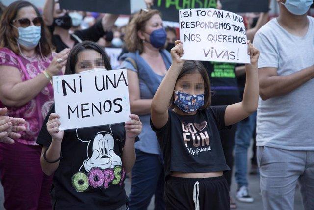 """Dos niñas, participan en una concentración feminista en la Plaza de la Candelaria en repulsa por """"todos los feminicidios"""", a 11 de junio de 2021, en Santa Cruz de Tenerife, Tenerife, Islas Canarias (España). Esta es una de las protestas feministas que se"""