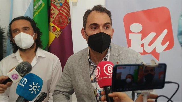 El coordinador de IU Andalucía, Toni Valero, este sábado haciendo declaraciones a los medios en La Línea (Cádiz).