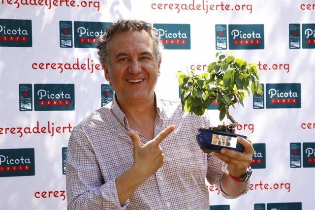 Roberto Brasero con el premio Picota del Jerte.