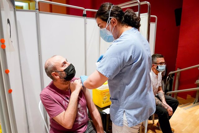 Un hombre recibe la primera dosis de la vacuna de Pfizer-BioNTech contra el Covid-19.