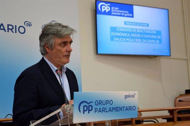 El portavoz parlamentario del PP de Galicia, Pedro Puy, presenta en rueda de prensa la propuesta de los populares para el dictamen de la comisión de recuperación tras la pandemia de la covid-19.