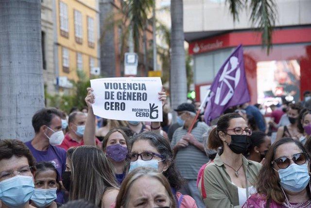 """Un mujer con un cartel en el que se lee: `Violencia de género cero, participa en una concentración feminista en la Plaza de la Candelaria en repulsa por """"todos los feminicidios"""", a 11 de junio de 2021, en Santa Cruz de Tenerife, Tenerife, Islas Canarias"""