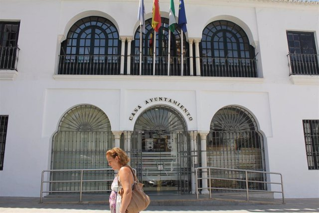 Archivo - Fachada del Ayuntamiento de Sanlúcar la Mayor (Sevilla)