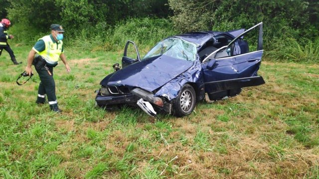 Estado del coche tras el accidente ocurrido este sábado por la tarde en Esgos, Ourense.