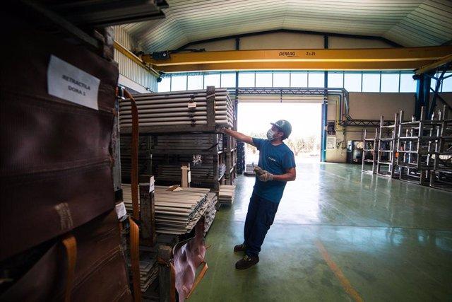 Archivo - Un trabajador durante su jornada laboral