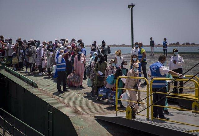 Archivo - Temporeras marroquíes embarcan de vueta a su país en una imagen de archivo en 2020.