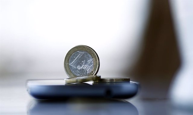 Archivo - Billetes, monedas, euros, euro, dinero