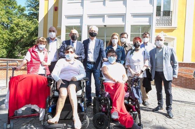 Visita del diputado general, Ramiro González, a  la residencia Goizalde, destinada a personas con grave discapacidad física