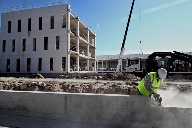 Archivo - Un obrero trabaja con maquinaria de construcción en unas obras