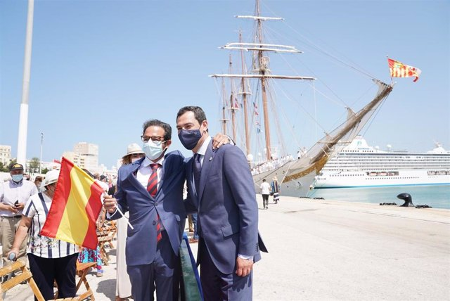 Juanma Moreno posa tras la recepción al Juan Sebastián Elcano en el Muelle de Cádiz.