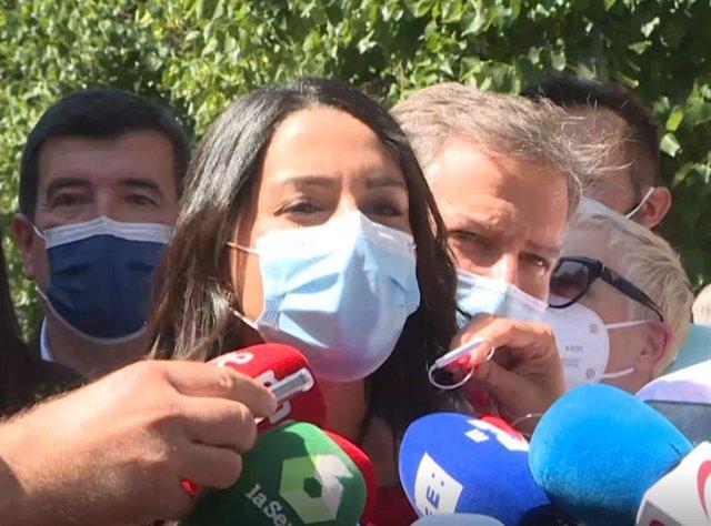 Inés Arrimadas vas agafar a la manifestació contra els indults a Madrid