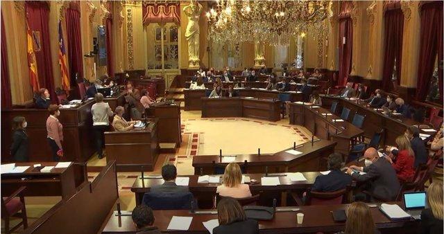 Archivo - Pleno del Parlament de Baleares.