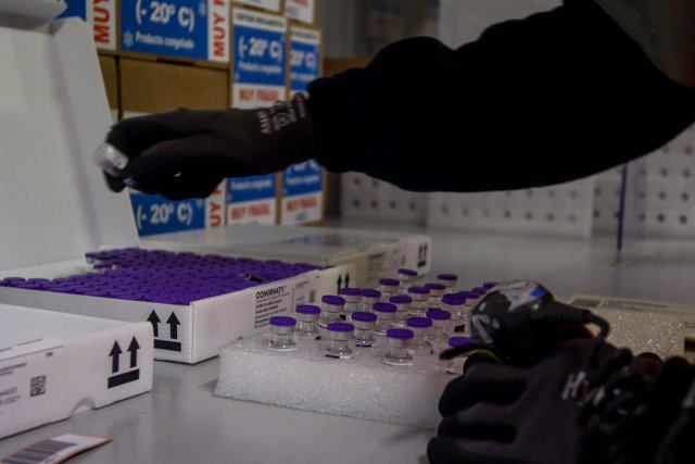 Una trabajadora coloca varias vacunas en las instalaciones del Centro Logista Pharma, a 10 de junio de 2021, en Leganés, Madrid, (España).