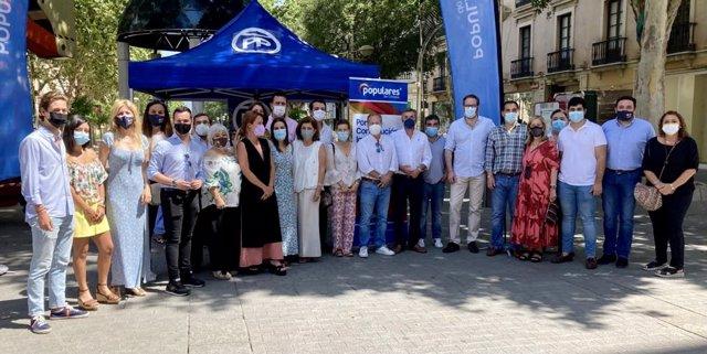 Dirigentes del PP de Córdoba este domingo en la recogida de firmas contra el indulto a los políticos condenados por el procés.