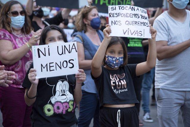 Dos niñas participan en una concentración feminista en la Plaza de la Candelaria en repulsa por el asesinato de Anna y Olivia