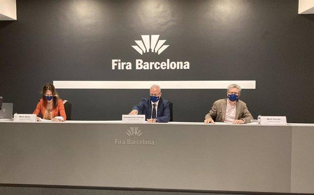 El director de Fira de Barcelona, Constantí Serrallonga, al costat del president de B-Travel, Martí Serrate, i la directora de B-Travel, Marta Serra