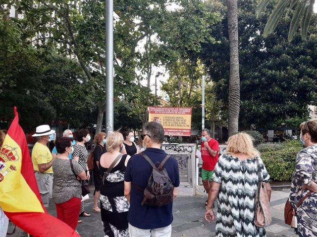Una veintena de personas se concentran en Palma para manifestar su rechazo a que Sánchez conceda indultos por el 'Procés'.