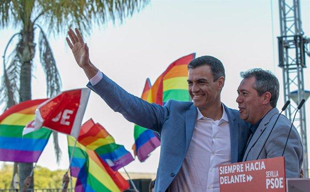 Archivo - Arxivo - El secretari general del PSOE i president del Govern, Pedro Sánchez,i l'alcalde de Sevilla, Juan Espases, en una foto d'arxiu, de la campanya de les eleccions municipals de 2019