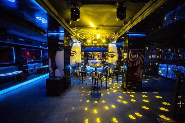 Archivo - Sillas en la pista de baile de la discoteca La Cartuja (Calle de la Cruz, 10) para impedir que ésta se utilice, horas antes de su reapertura tras el parón por el COVID-19, en Madrid (España), a 3 de julio de 2020.