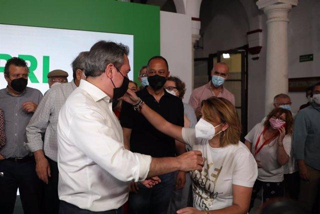 El alcalde de Sevilla, Juan Espadas y , la secretaria general del PSOE-A, Susana Díaz, se saludan tras el triunfo de Espadas en las primarias del PSOE-A a la Presidencia de la Junta