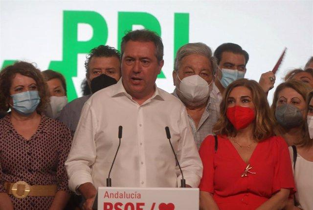 El alcalde de Sevilla, Juan Espadas, ganador de las primarias del PSOE-A, dirigiéndose a los afiliados