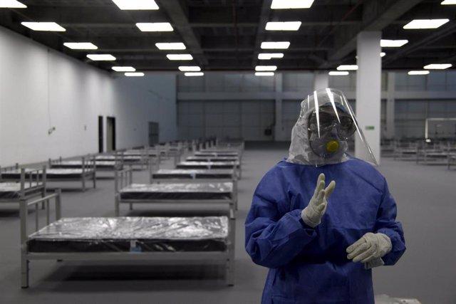 Archivo - Un trabajador sanitario en un hospital de campaña en la capital de Ecuador, Quito, durante la pandemia de coronavirus