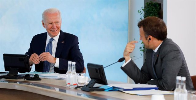 13 June 2021, United Kingdom, Carbis Bay: US President Joe Biden (L) and French President Emmanuel Macron attend a plenary session as part of the G7 Summit. Photo: Phil Noble/PA Wire/dpa