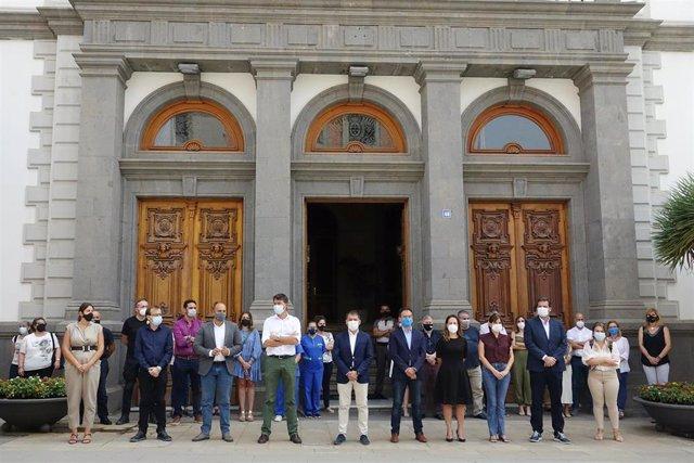 Minuto de silencio convocado el pasado viernes en el Ayuntamiento de Santa Cruz de Tenerife por la muerte de Anna y Olivia
