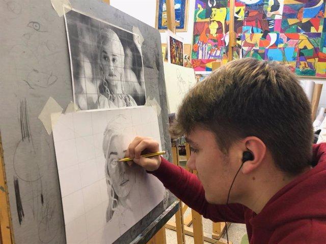 Archivo - Arte, artesanía, salud, idiomas, acceso a la Universidad, fotografía digital y nuevas tecnologías son algunos de los talleres ofrecidos por la Universidad Popular de Alcalá de Guadaíra.