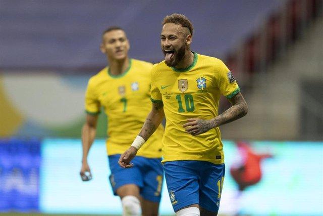 Neymar celebra su gol con Brasil