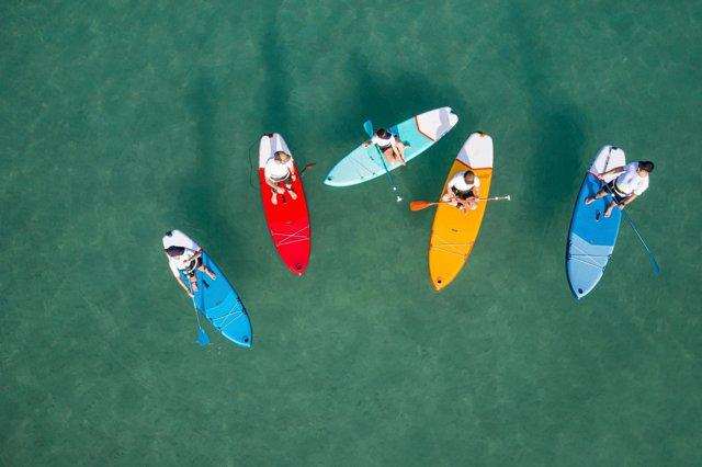 Decathlon lanza su colección de verano para deportes náuticos