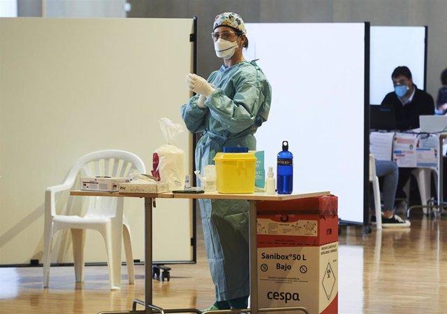 Archivo - Una profesional sanitaria, en un dispositivo de vacunación masiva frente al Covid-19, en el Palacio de Exposiciones y Congresos de Santander. Archivo
