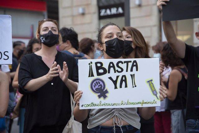 """Una mujer con un cartel en el que se lee: `Basta ya, participa en una concentración feminista en la Plaza de la Candelaria en repulsa por """"todos los feminicidios"""", a 11 de junio de 2021, en Santa Cruz de Tenerife, Tenerife, Islas Canarias (España). Esta"""