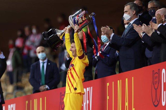 Archivo - El Rey Felipe VI y el jugador del Barça Leo Messi