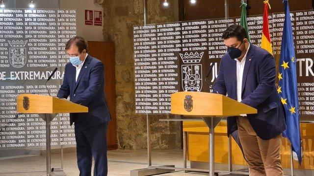 El presidente de la Junta, Guillermo Fernández Vara, y el presidente de Cruz Roja Extremadura, Jesús Palo Tiburcio, en la firma de un convenio marco de colaboración