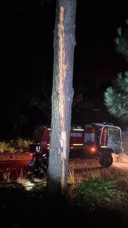 Un rayo provoca un incendio en un monte de Ribeira