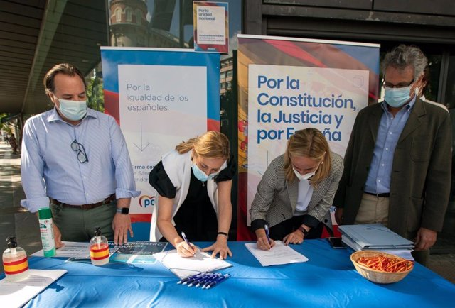 Les sotssecretària d'Organització del PP, Ana Beltrán, i la secretària general del PP de Madrid, Ana Camíns, en la campanya de recollida de signatures del partit contra els indults.