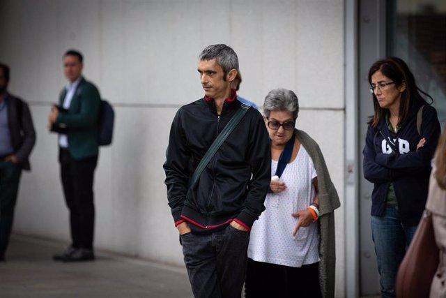 Archivo - El hombre que perdió un ojo por un impacto de pelota de goma, durante el 1-O de 2017, Roger Español, a las puertas del Hospital de Sant Pau, en Barcelona (España) a 21 de octubre de 2019.