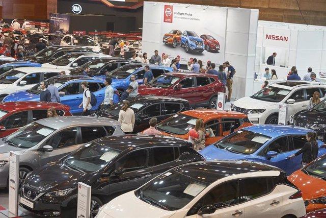 Imagen de un salón del automóvil de ocasión.