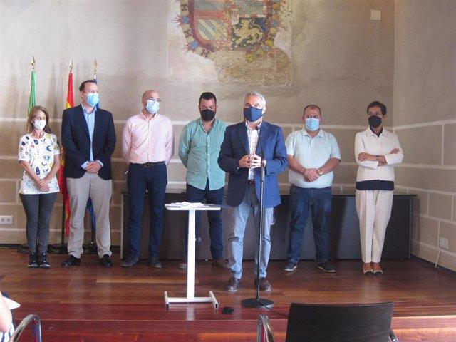 El alcalde de Badajoz, Francisco Javier Fragoso, junto a concejales del PP